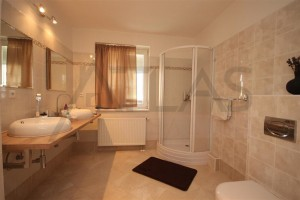 Spacious bathroom - For Rent: 6-bedroom House 250 sqm Prague 6 - Nebusice