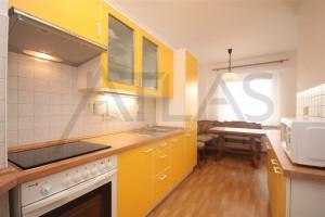 kuchyň a žlutá kuchyňská linka v bytě 4+1, 90 m2 na pronájem Praha 6 - Břevnov, ulice Na Petynce