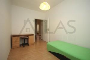 dětská ložnice s jednou postelí a psacím stolem v bytě 4+1, 90 m2 na pronájem Praha 6 - Břevnov, ulice Na Petynce