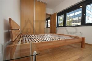 ložnice s manželksou postelí a vestavěnou skříní Pronájem zařízeného bytu 2+kk, 59 m2 Praha 7 - Holešovice, Dělnická