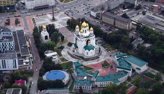 """V Sovětském svazu po druhé světové válce bylo pozemní spojení mezi Kaliningradem a hlavním orgánem ruského území odděleno Litvou, Lotyšskem a Běloruskem. To však v sjednocené sovětské zemi není problém, Kaliningrad nebyl během sovětské éry přirozeně """"enklávou""""."""