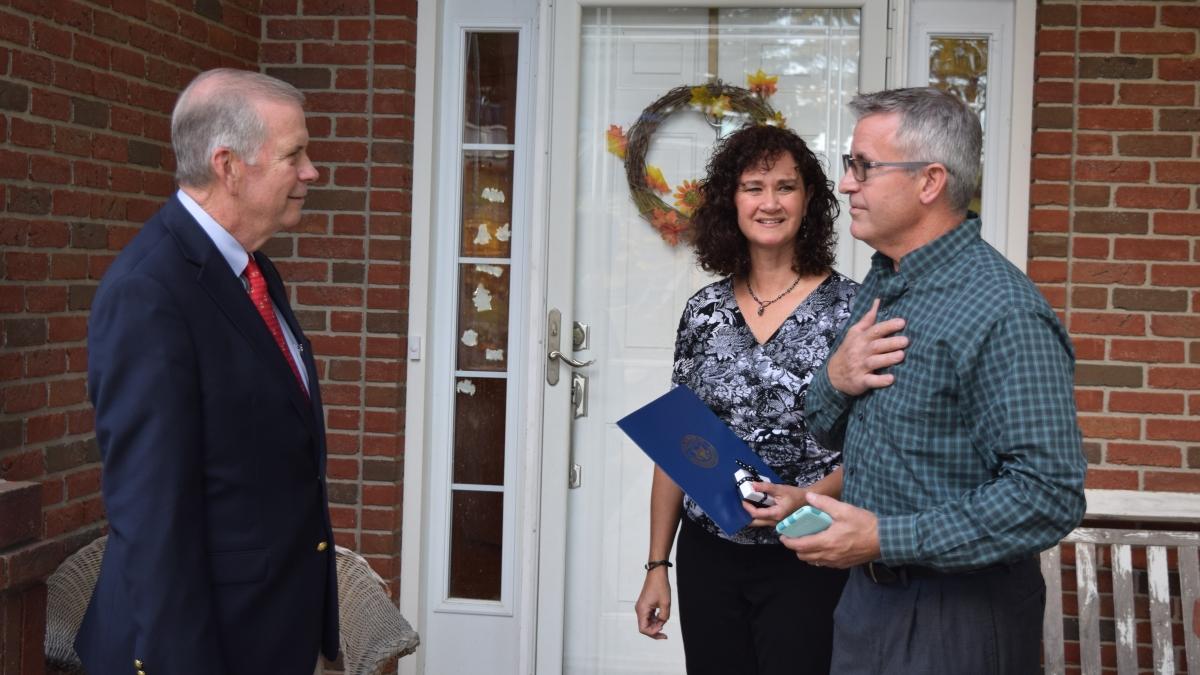 Kongresman Tim Walberg chválí rodinu Haylettových z Hillsdale jako anděle adopcí