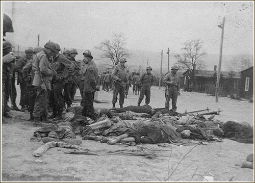 Američtí vojáci a oběti Ohrdrufu, postranního tábora v Buchenwaldu.
