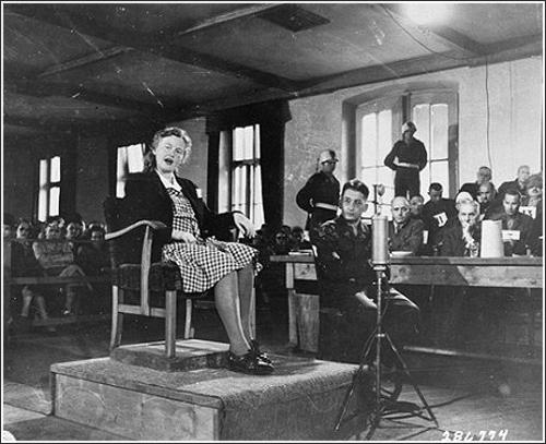 Ilse Koch, sadistická manželka velitele tábora, je u soudu.