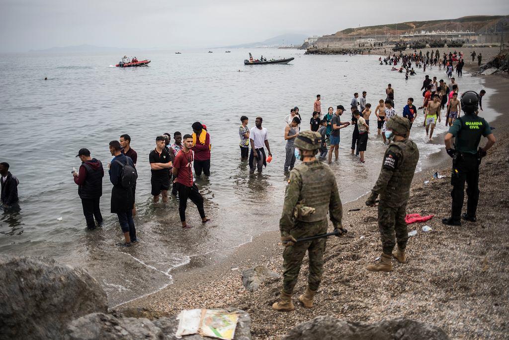 Tisíce migrantů přišly z Maroka do Španělské Ceuty